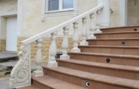 балясины из мрамора - лестница в дом