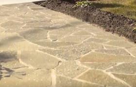 Вымощенная натуральным камнем дорожка