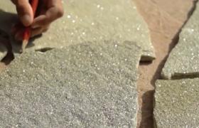Процесс укладки дорожки из натурального камня