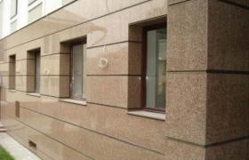 Фасад из коричневого мрамора