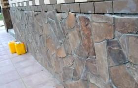 Отделанный натуральным камнем цоколь