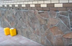 Цоколь дома из природного камня