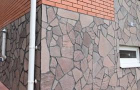 угол дома, облицованного натуральным камнем