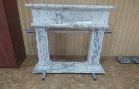 Камин из светло-серого мрамора, изготовлен в классическом стиле