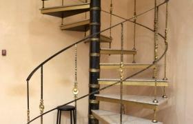 винтовая лестница с гранитными и ступеньками