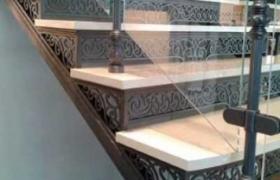 лестница из натурального камня (мрамор) со стеклянным ограждением