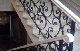 лестница из натурального мрамора (природный камень) с металлическими коваными ограждениями