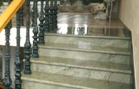Маршевая лестница из натурального мрамора