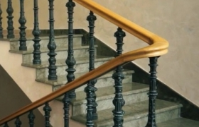 Классическая маршевая лестница из мрамора