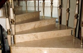 Ступени винтовой мраморной лестницы