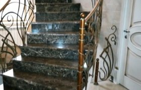 Лестница изготовлена из темно-зеленого мрамора