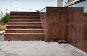 Облицовка цоколя здания каменными плитами