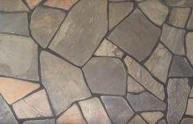 Укладка каменных элементов при облицовке камина