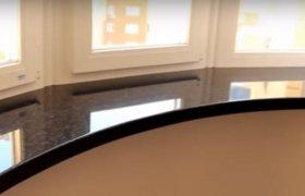 каменный подоконник в круглой комнате