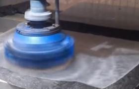 Процесс полировки камня