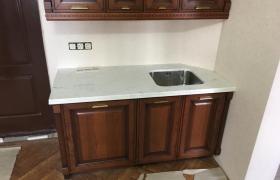 Общий вид мраморной столешницы на кухне