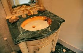 Столешница из зеленого мрамора для ванной