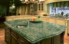 Оригинальная столешница из зеленого мрамора для кухни