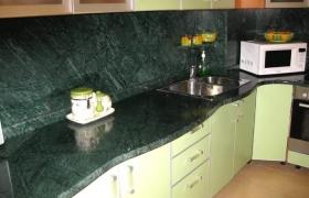 Кухонная столешница из темного зеленого мрамора