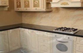 угловая столешница из черного мрамора для встроенной кухни