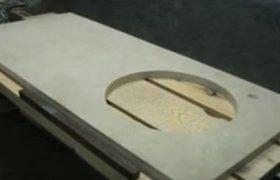 Светлая каменная столешница для ванной