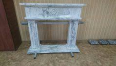 эффектный камин из бело-серого мрамора