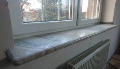 Длинный мраморный подоконник для большого окна